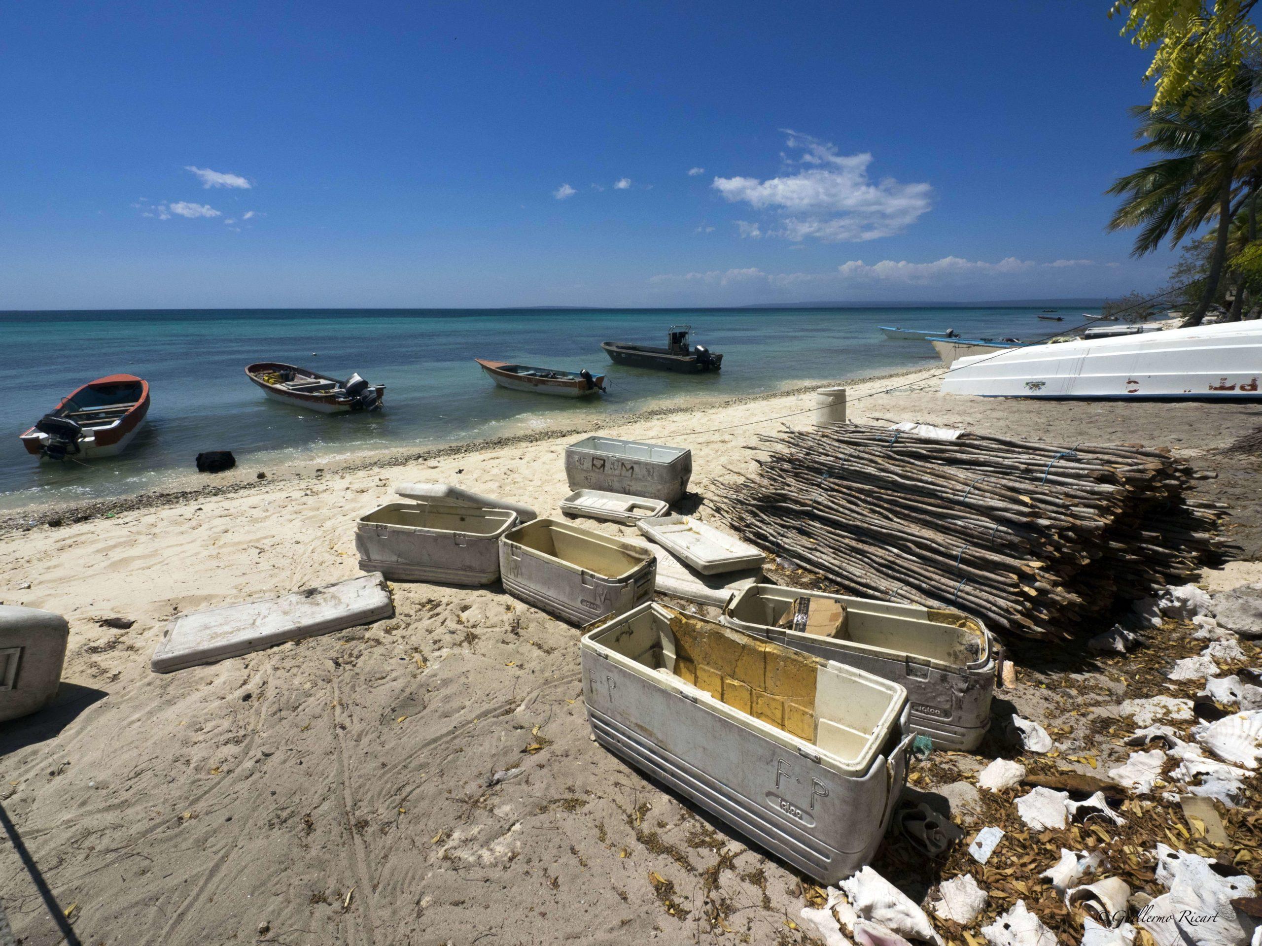 Conjunto de lanchas pesqueras, neveras y palos para la confección de nasas. Hábitat teóricamente protegido. Isla Beata, Parque Nacional Jaragua